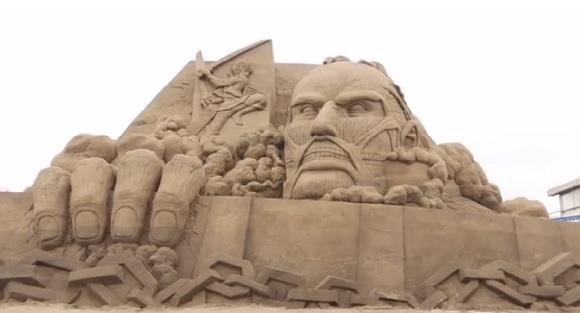 【進撃の巨人】江ノ島に突如出現した巨大サンドアートがすごい! 海外で話題再燃