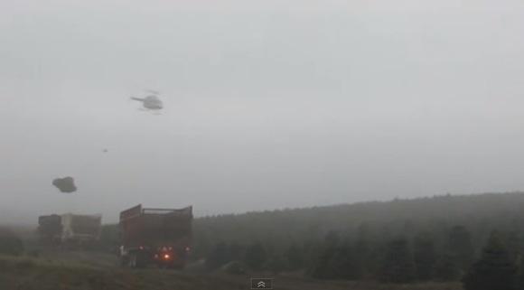 これぞプロの技! クリスマスツリー用の木を大型トラックに運ぶヘリコプターの操縦テクがハンパない
