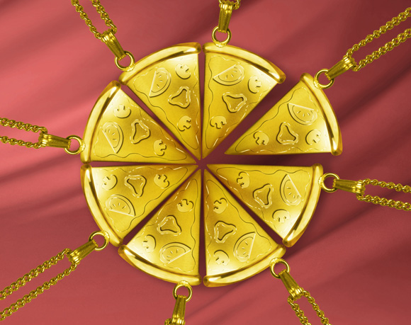 ピザハットの黄金「ピザ型ネックレス」がぜい沢! 作り込みが細かすぎて笑った