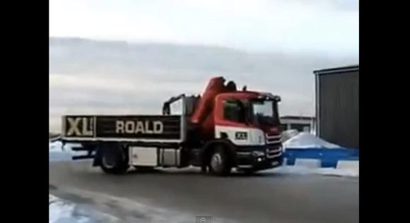 【衝撃クルマ動画】海外の大型トラックが魅せた「意味のあるドリフト」がマジかっこいい