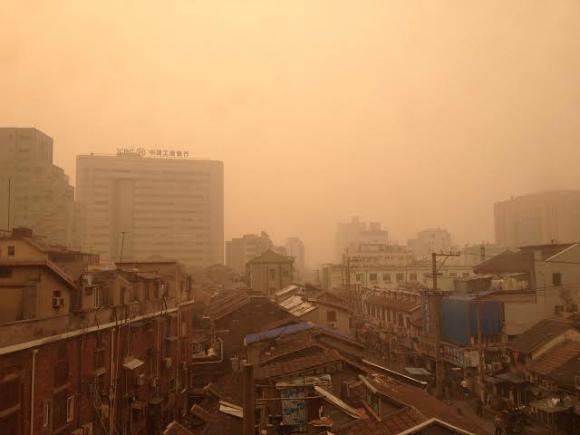【速報】PM2.5汚染が深刻な中国上海が完全に世紀末 / 晴れの日の昼間だとは思えない