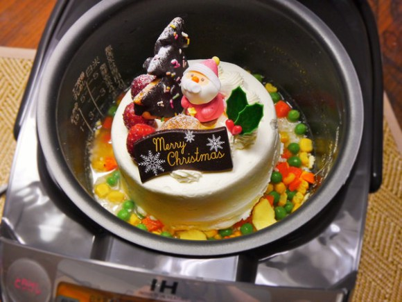 【異次元グルメ】クリスマスケーキを炊飯器で炊くとミラクルな味に / 色鮮やかで食欲そそる