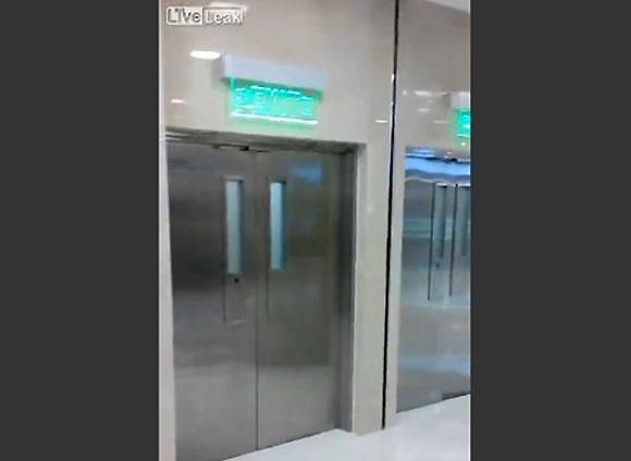 【衝撃動画】中国の非常口は別次元への入り口!?