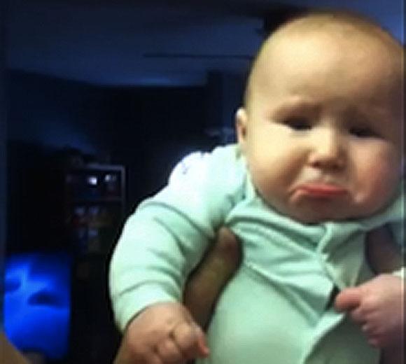 【萌えキュン動画】イケメンなパパにキスされた「赤ちゃんの顔」に世界中が大絶賛!!