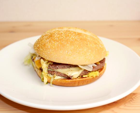 【グルメ】チーズとハラペーニョの「グルーヴ」に感激! マクドナルド『ホット & グルービービーフ』を食べてみた