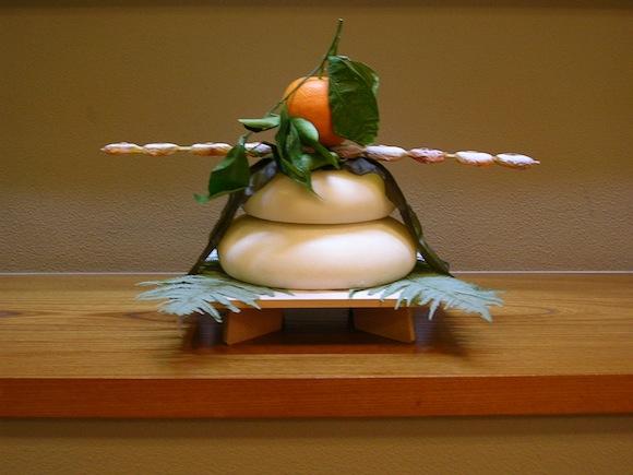 【お正月豆知識】丸くてカワイクて最後は食べれる「鏡餅」! みかんが乗っているのはナゼ?