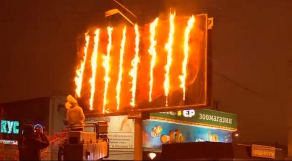 【おそロシア】宣伝のためなら看板の肉まで燃やしてしまうロシア