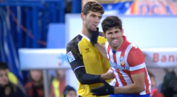 【衝撃サッカー動画】スペインのサッカーで「倍返し」が炸裂! 競り合いで首を掴む → 脇腹を殴られノックアウト
