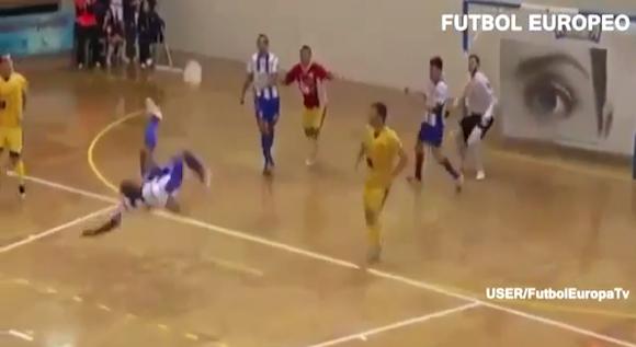 【衝撃サッカー動画】スペインのフットサルリーグでオーバーヘッドからの超ロングシュートが炸裂!!