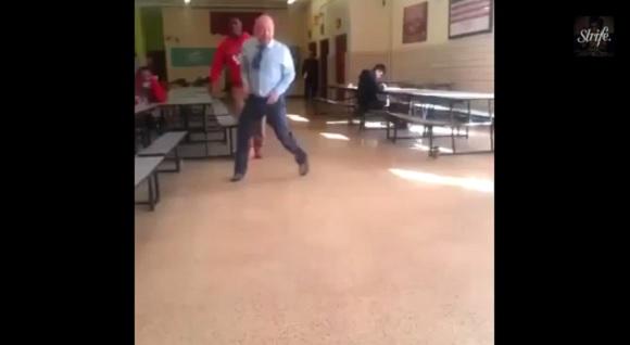 先生が踊り出したと思ったらまさかのブレイクダンスで生徒大熱狂! 超絶クールな高校教師が話題に