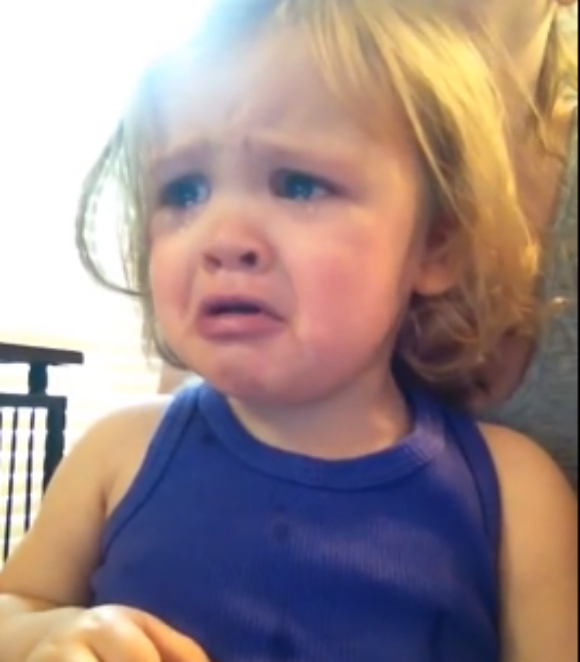 【もらい泣き注意】両親の結婚式のビデオを見た女の子が誰よりも雄弁に結婚式の感動を伝えている件