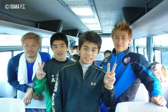 【衝撃サッカーニュース】セレッソ大阪の選手バスを連日追いかけていた中学生が車内に招き入れられて記念撮影をしたことが話題