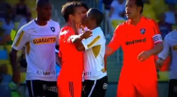 【衝撃サッカー動画】ブラジルで一触即発の状態からダチョウ倶楽部のような展開があったと話題