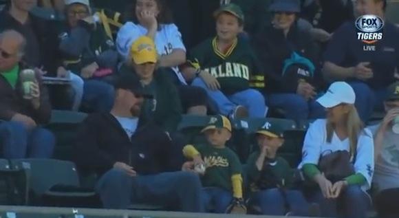 【衝撃野球動画】ファールボールを譲り受けた少年が強い意志に基づいてとった驚くべき行動