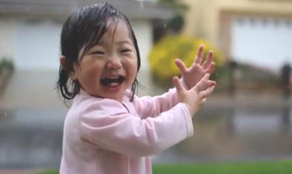 【動画あり】生まれて初めて雨を見た幼児のリアクションが感動するほどかわいい