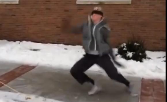 【豪快】少年が氷の上でスベる → スベりすぎてブレイクダンスみたいになる → ドヤ顔でかっこよく去る