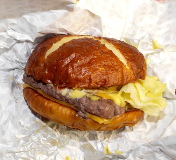 【グルメ】ウェンディーズの新商品「プレッツェルバーガー」を食べてみた! バンズの味の大切さに気付かされる逸品