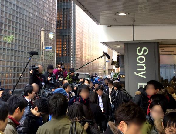 【PS4行列】整理券配布直前に報道陣が続々と集結 / 購入者に手渡された封筒の中身公開