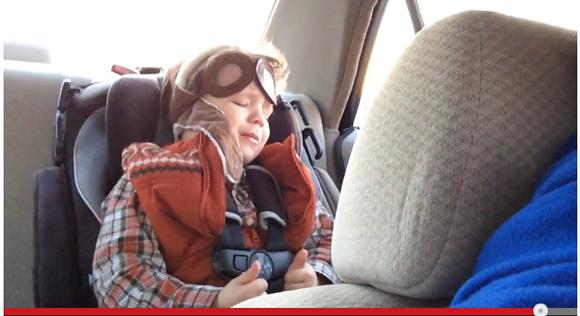 【感動】寝ているはずの4歳の男の子が音楽を聞いて涙 / 最後の最後に思わず微笑んでしまう動画が話題