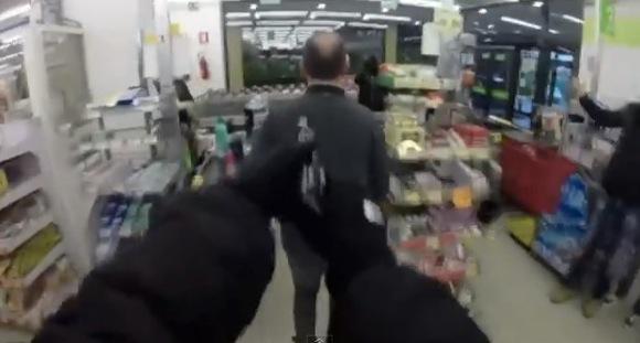 【衝撃動画】マジか!? 武装したスーパー強盗が犯行の一部始終を頭上カメラで撮影