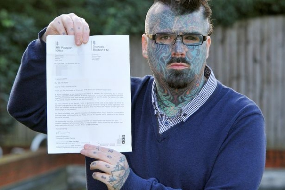 全身タトゥーの男性が長いキラキラネームに改名 → パスポートを更新できず → 男性「人権の侵害だ!」