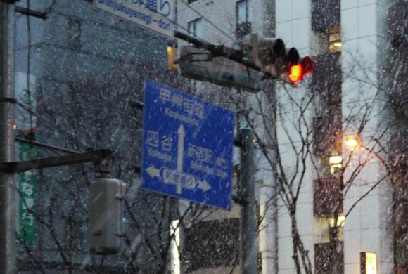 東京都に「風雪注意報」「大雪注意報」発令中! 雪は帰宅時間まで続くとの予報 / 埼京線は雪のため既に運転中止