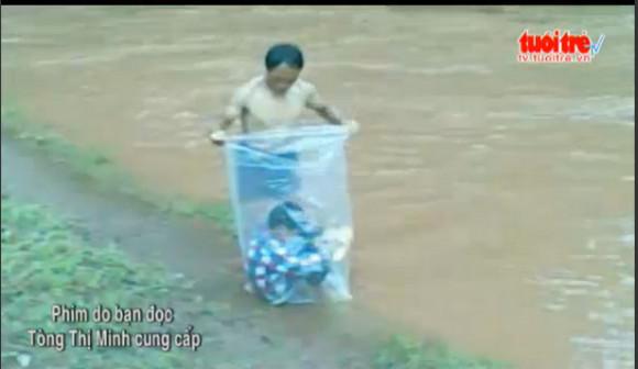 【衝撃動画】ベトナムの「川の渡り方」の方法が豪快で危険だと話題 / 子供をゴミ袋に入れて川の中を運ぶ