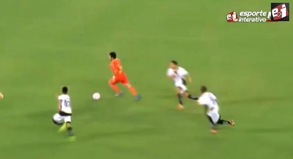 【衝撃サッカー動画】まるでメッシ選手! 自陣ゴール前から一人でディフェンスをブチ抜きズバッと決めたゴールがスゴい!!