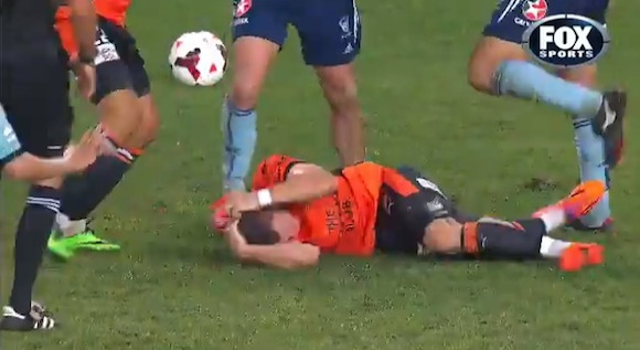 【衝撃サッカー動画】リアクション芸人のようなシミュレーションで一発退場になった選手が話題