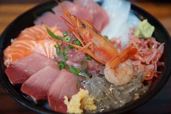 【コスパ最強】デカ盛り海鮮丼と巨大鯵「尾赤アジ」の刺身が格安で食べられる食堂『魚河岸 丸天』