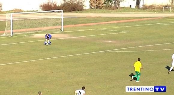 【感動サッカー動画】これは胸アツ! 思わぬアクシデントが起きるもフェアプレーに徹した選手たち