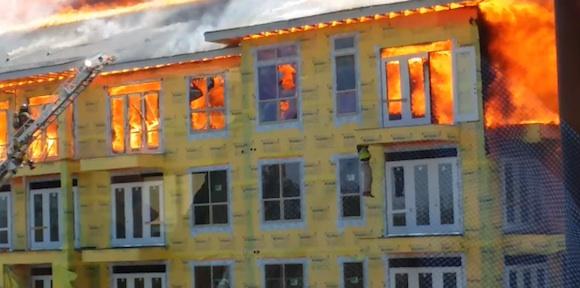 【衝撃動画】あまりにも危機一髪すぎる! 大火事のマンションから『ダイ・ハード』ばりに脱出する男の動画が話題