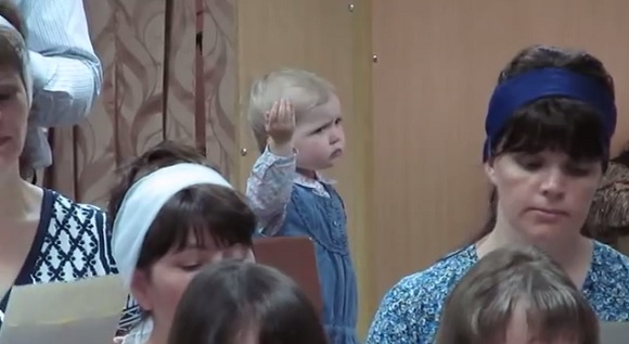 天才か!? 聖歌隊の指揮者になりきる女の子の情熱がハンパないと話題 / 海外の声「生まれながらの指揮者だ」