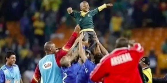 【感動サッカー動画】ピッチに侵入した少年に対するブラジル代表の粋な計らいが世界中で話題