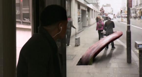 隕石が落ちてきた! 日常が一瞬で非日常に変わるバス停のドッキリ動画が話題