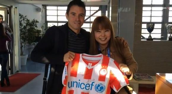 【感動サッカー動画】憧れの選手と会うために世界中を飛び回った日本人女性がついに本人と対面する動画が話題