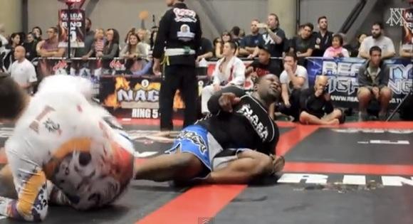【衝撃格闘動画】柔術の試合が「凶悪な屁」で中断される