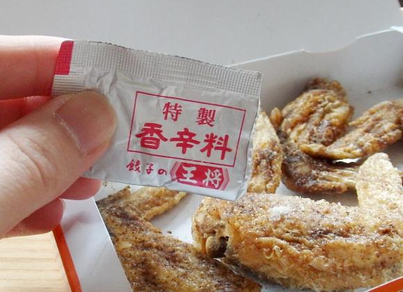 「餃子の王将」の唐揚の粉を「世界の山ちゃん」の手羽先にかけて食べてみた / 結論「辛さと香ばしさがアップして最高の手羽先に」