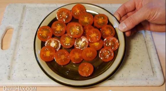 この発想はなかった!! 大量のプチトマトを一発でカットするライフハックがすごい