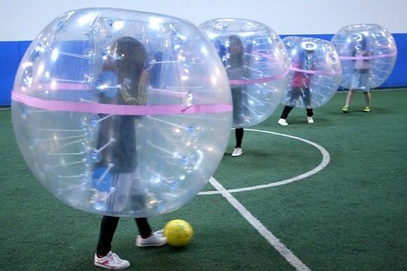 【参加者の4割が女性】話題の珍スポーツ「バブルサッカー」のイベントに行ってみた! 試合中も笑いが止まらない!!