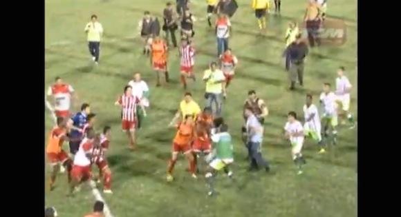 【衝撃サッカー動画】8人もの退場者を出した「世紀の大乱闘」が恐ろしすぎる