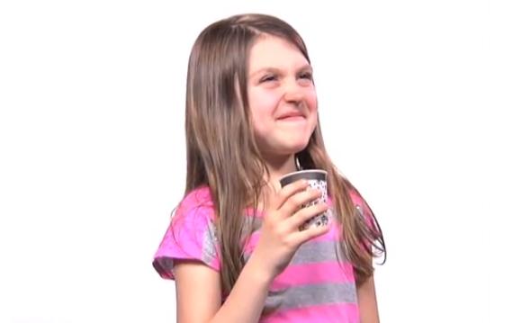生まれて初めて「コーヒー」を飲んだ子供のリアクションが可愛すぎる!