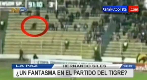 【恐怖映像】南米のサッカーの試合で観客席を高速で移動する「幽霊」が撮影されたと話題