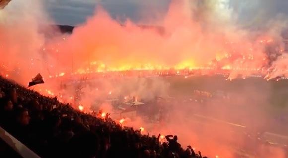【衝撃サッカー動画】煙でピッチが見えない! ギリシャであったサッカーの試合がカオスすぎる!!