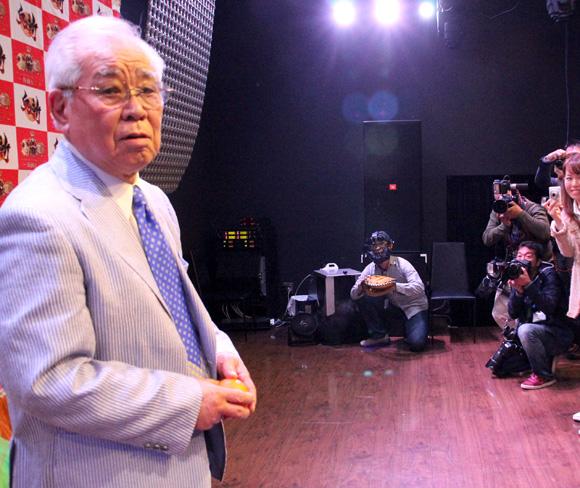 報道陣の冷たい視線を浴びながらアイドルユニット 「仮面女子」 のライブに参戦した野村克也さんの投球を受けてみた