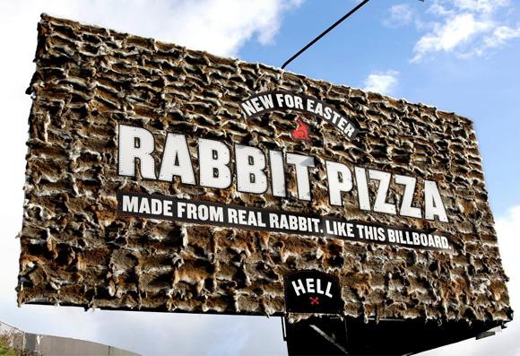 【悪趣味】ニュージーランドのピザチェーンが看板に「ウサギの皮」をびっしりと張り巡らして物議 / しかし苦情に応じず