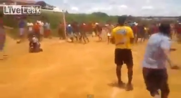 【衝撃サッカー動画】これはヒドい! いきなりラリアットを見舞われた審判がかわいそうすぎる!!