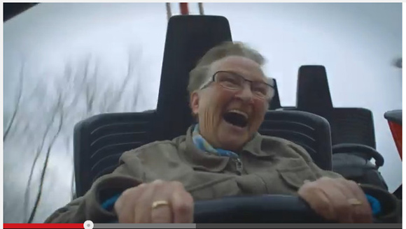 見ているだけで笑顔になれる! 78歳で初めてジェットコースターに乗ったおばあちゃんの反応が最高ッ!!
