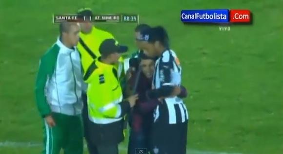 【感動サッカー動画】ピッチに乱入した少年に対するロナウジーニョ選手の対応がカッコイイと話題