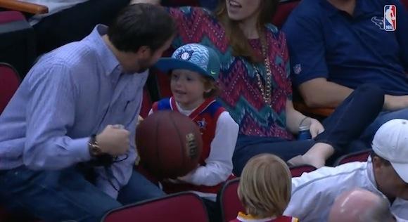 【感動バスケ動画】NBA名選手のサインボールを子供にプレゼントしたのは日本球界で活躍したあの「史上最強助っ人」